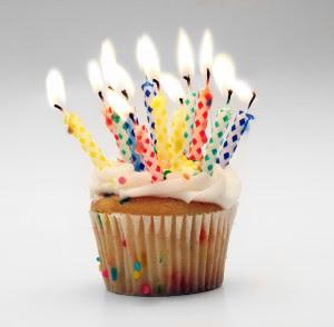 http://1.bp.blogspot.com/_sjO3XEsgPeU/SbzzwnQEtbI/AAAAAAAAAR8/tX4qDI3NPRA/s320/birthday-cupcake-300x294.jpg