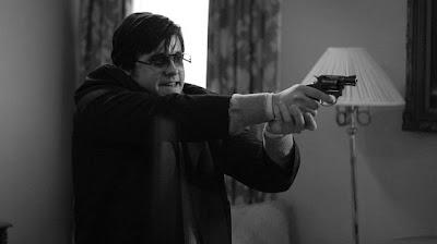 Chapman (Jared Leto) enfrentando a sua imagem no espelho no filme «Capítulo 27»