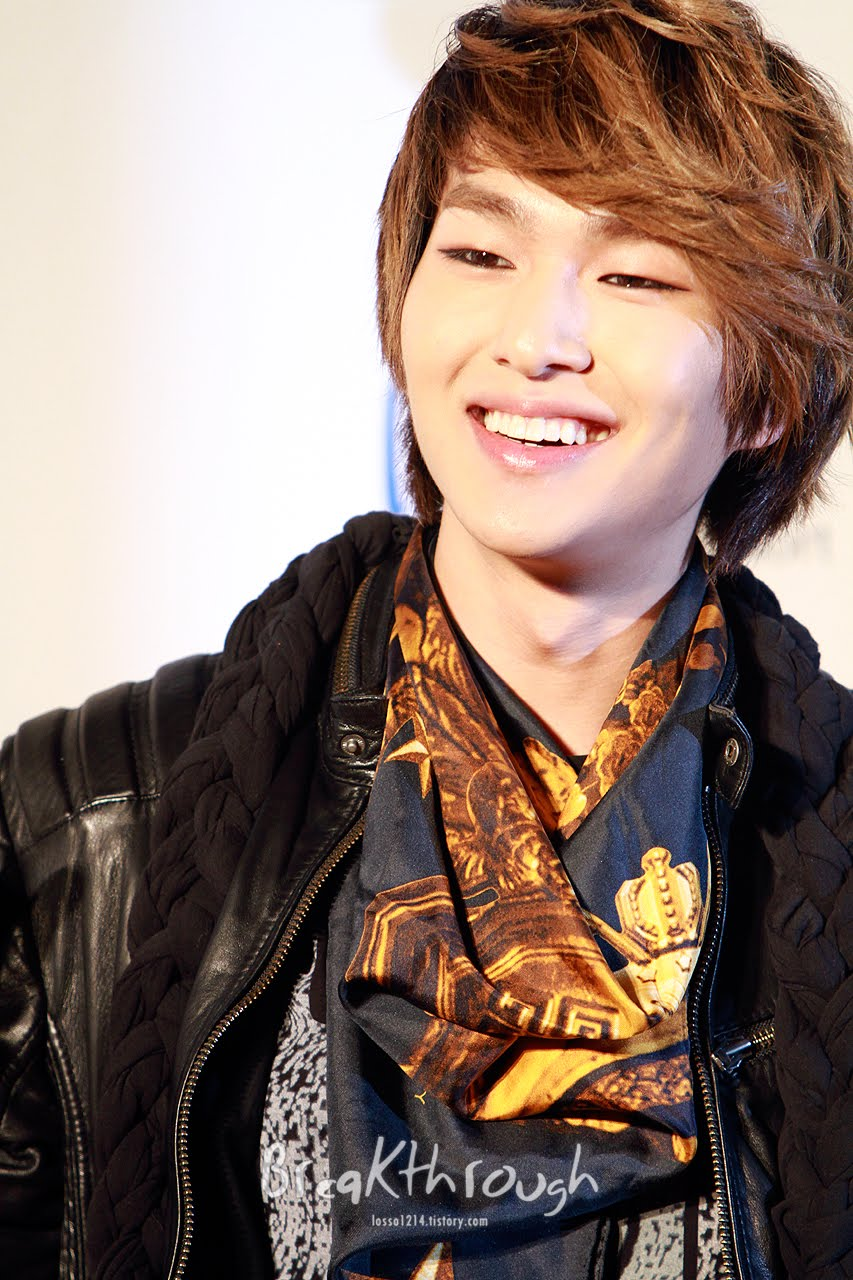 Onew: The Shining SHINee World: [Fan Photos] Onew At 20th High1