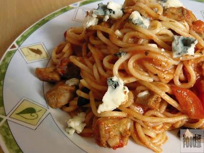 Spaghetti cu pui și măsline în sos de roșii