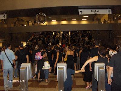 19:49 - Έξοδος από τις σκάλες του Μετρό.