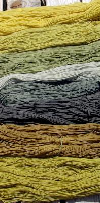 Mit Naturfarben (Pflanzenfarben) gefärbte Wollstränge