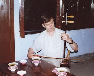 Monsieur Bai joue du violon à deux cordes.