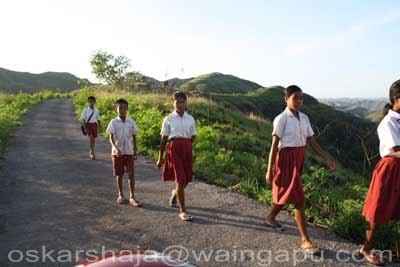 Hasil gambar untuk gambar anak sekolah berjalan kaki
