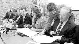 Manuel Morón firmando el protocolo