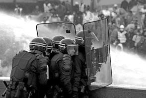 Trabajadores portuarios se enfrentan a agentes antidisturbios ante la sede de la Eurocámara EFE
