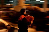 voluntarios de Protección Civil reparten mantas