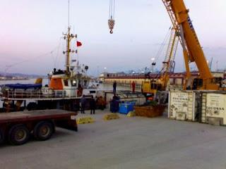 Embarcación auxiliar descargando el fuel del Sierra Nava 6 de febrero
