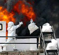 agente incinerando coca
