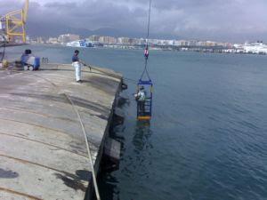 Limpiando la zona el último derrame en la Isla verde del Puerto Bahía del Algeciras