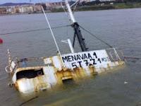 Menavaa I hundido en la dársena pesquera de Algeciras