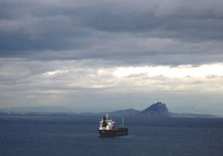 Cargero embocando el Estrecho de Gibraltar