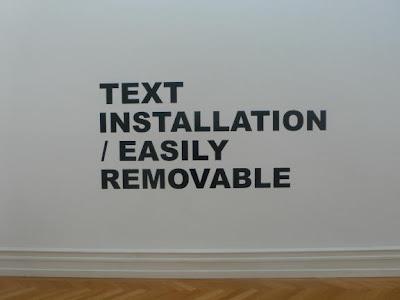 Textinstallation des Künstlers Stefan Brüggemann, gefunden auf dem Blog von Pablo Leon de la Barra, http://centrefortheaestheticrevolution.blogspot.com
