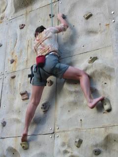 Barbara an der Kletterwand
