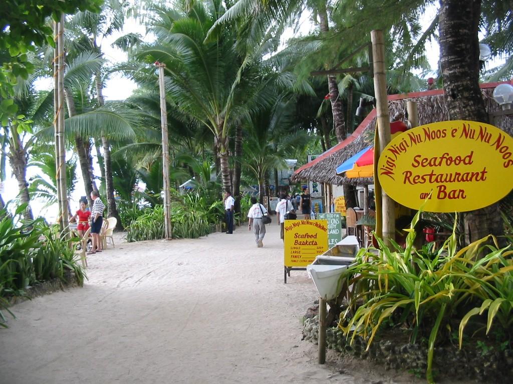 Strandpromenade am südlichen White Beach auf Boracay, Philippinen