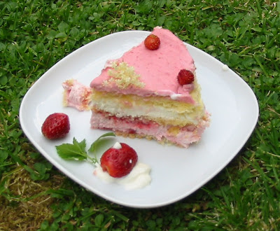 Geeistes Erdbeer-Holunderblüten-Törtchen
