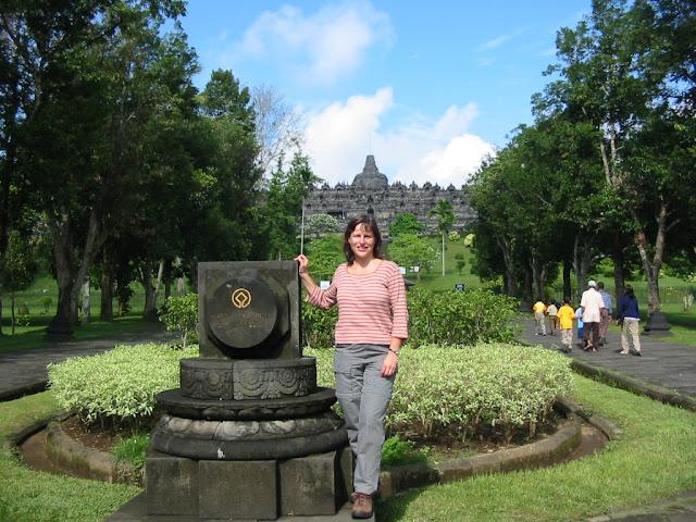 Barbara am Eingang zu Borobudur