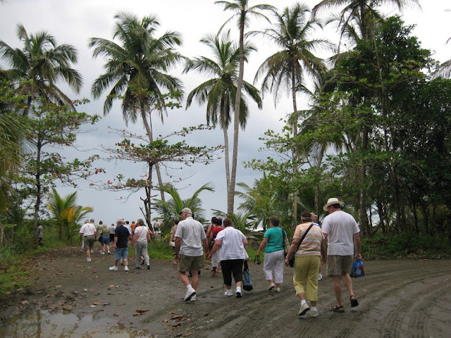 Mitreisende Touristen auf dem Weg zum Strand