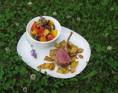 Lammcarré mit Kräuterkruste an Backofenkartoffeln und Ratatouille