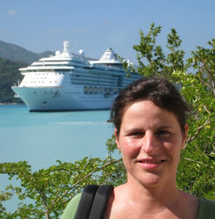 Barbara Furthmüller vor Labadee, Haiti mit der Jewel of the Seas im Hintergrund