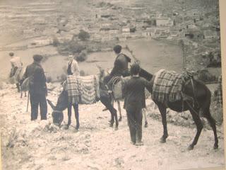 En la imagen, llegada del maestro al pueblo, lógicamente con el transporte de la época