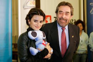 Penélope Cruz con el Alcalde de Zaragoza Juan Alberto Belloch y la mascota Fluvi de la Expo del Agua 2008