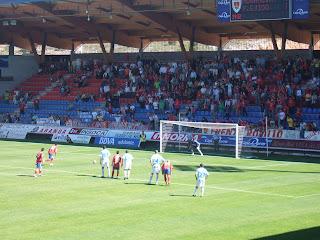 El jugador del Numancia, Gorka Brit, se dispone a lanzar el penalti en el campo de Los Pajaritos de Soria