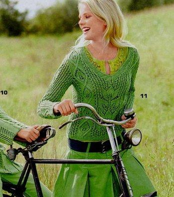 Зеленый светор с ажурным узором и листиками.  Вязание спицами для женщин.