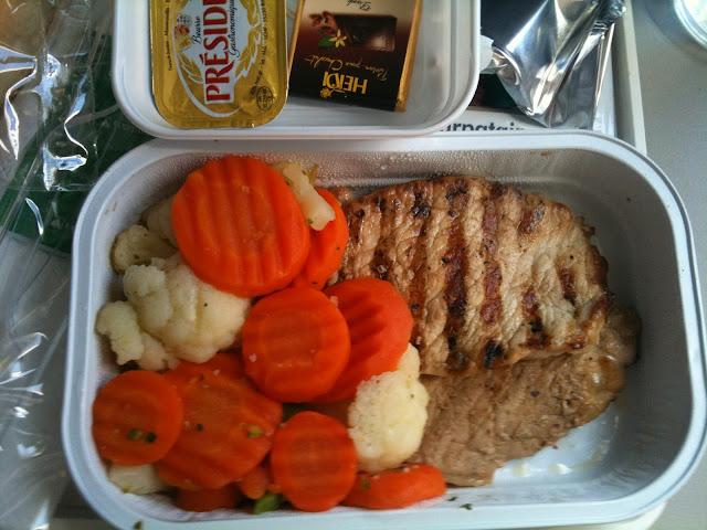 Das Essen an Bord der ukrainischen Airline  | Arthurs Tochter kocht von Astrid Paul. Der Blog für Food, Wine, Travel & Love