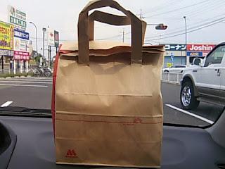 車の中で食べるモスバーガー