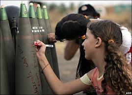 صهیونیستها به کودکان بجای آموزش عشق و محبت و دوستی و صلح آموزش  کینه و نفرت و جنایت می دهند