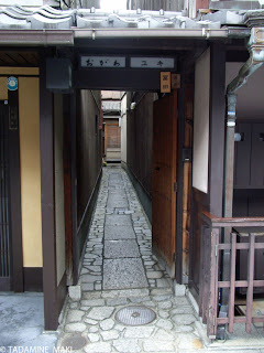 a narrow path in Kyoto