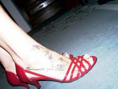 tatoo escrita nos pés