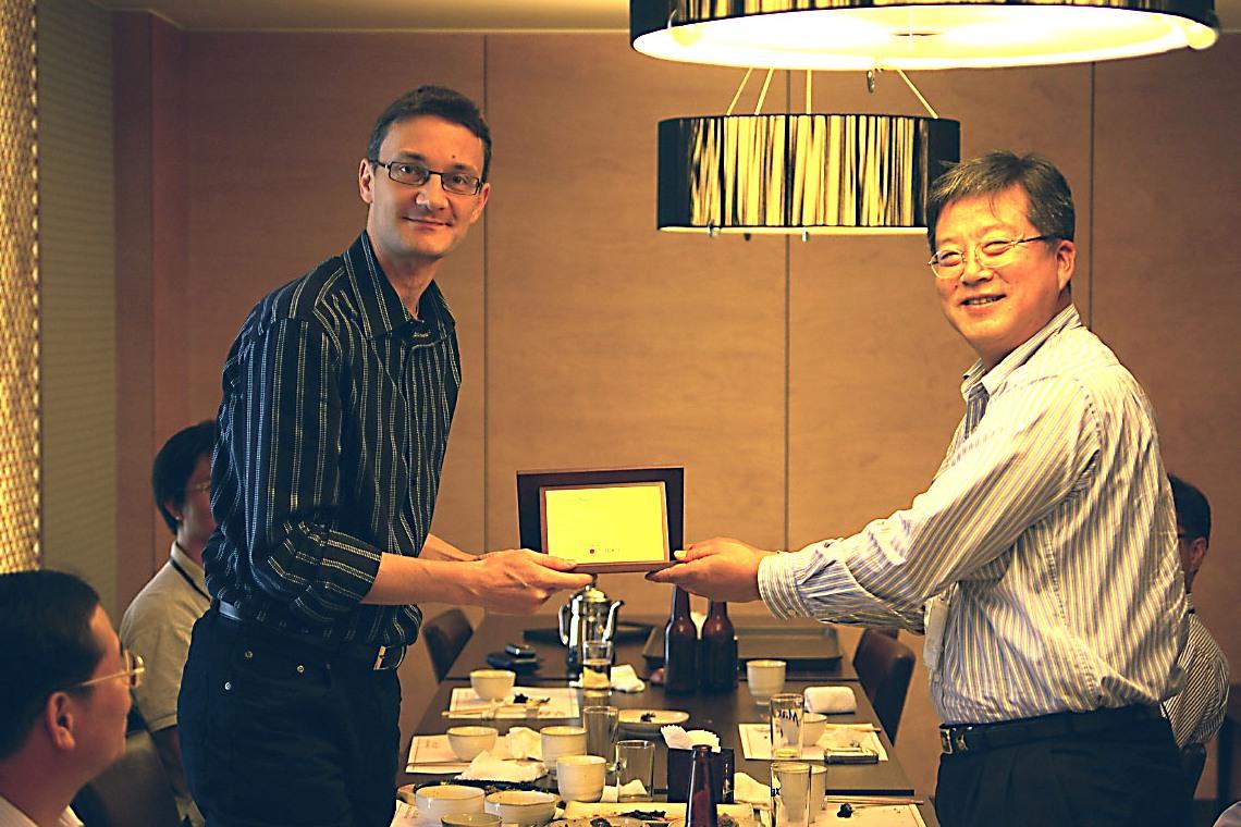 [10-+Korean+farewell+with+plaque+9.jpg]
