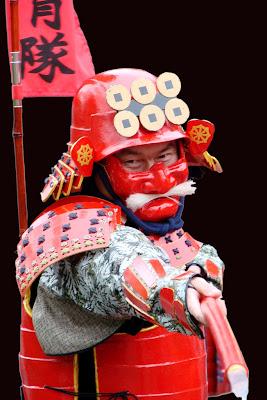 Un samouraï rouge dans un défilé à Kamakura