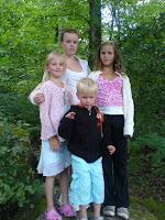 Cornelia, Jacquline, Patricia och Theodore på skogspromenad med pappa