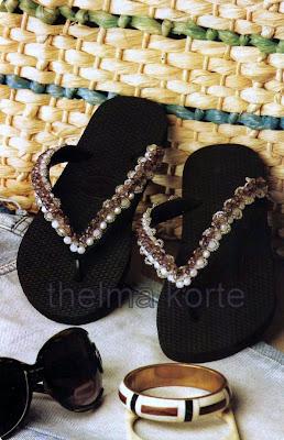 chinelos bordados em preto e branco