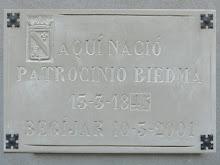 Placa-reconocimiento a la escritora por el Ayuntamiento