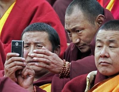 moines tibetains echangent des sms