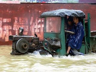 Yangshuo tracteur pendant inondations