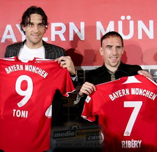 Caras novas  Será que Luca Toni e Franck Ribery conseguirão reerguer o  Bayern  0b478023d64c2