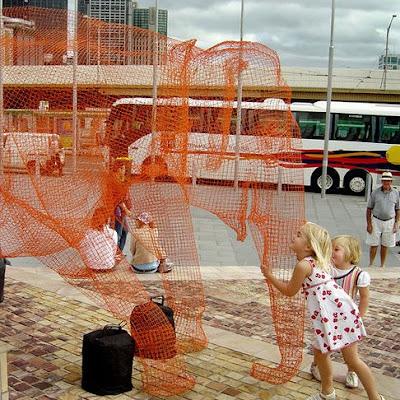 Melbourne Para Turistas elephant wire fed square