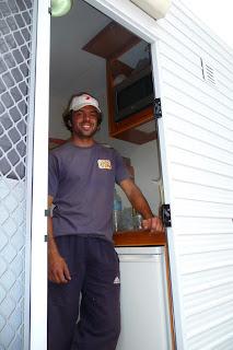 Aquí estoy yo en la puerta de la casa rodante donde vivimos con Rodrigo