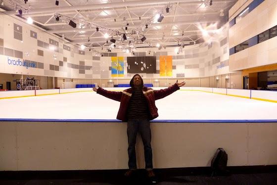 Aquí estoy yo frente a la pista de patinaje sobre hielo en Melbourne