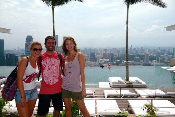 yo con las chicas en el Marina Bay Sand Hotel en Singapur