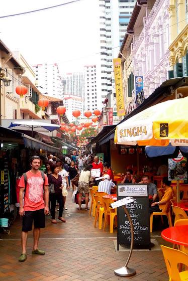 Aquí estoy yo en las calles de singapur