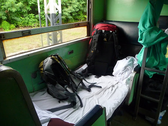 Aquí está mi cama junto a una ventana en el tren que va de Bangkok hacia Chiang Mai