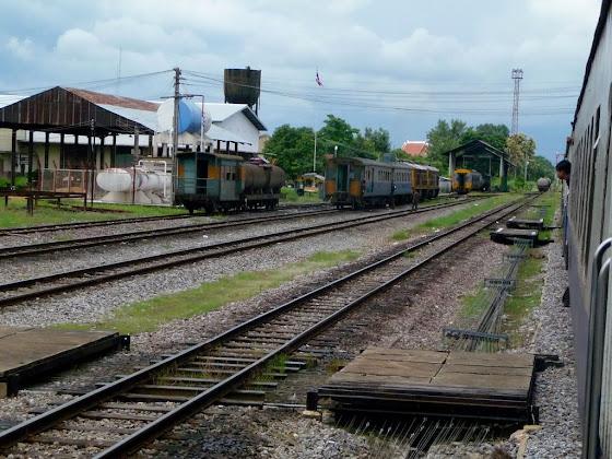 Más vías de tren en viaje desde Bangkok hacia Chiang Mai