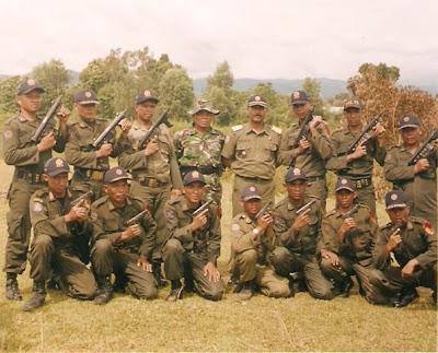 Hasil gambar untuk gambar satpol pp bersenjata