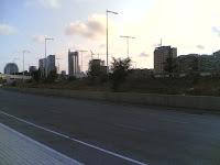 El largo camino a casa, flanqueado por torres tan altas como la especulación inmobiliaria.